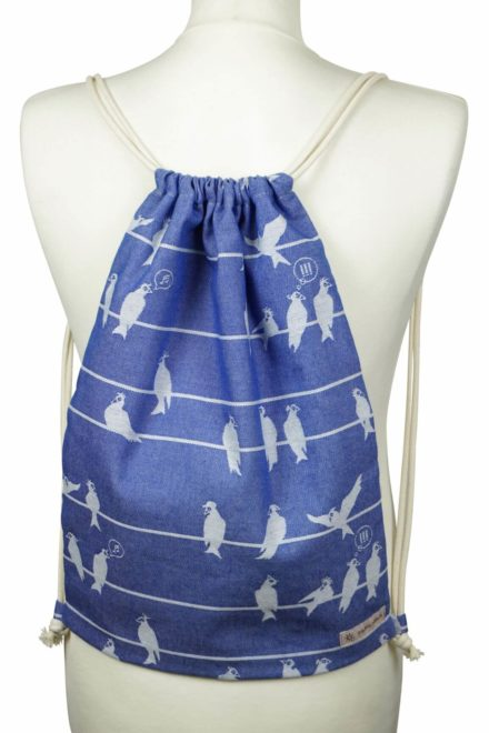 Stoffrucksack mit Leinenkordel weißes Vogelmuster auf blauen Hintergrund