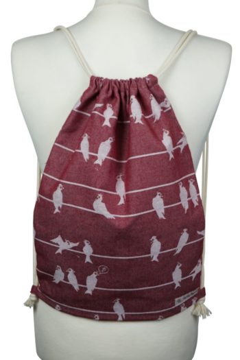 Fräulein Hübsch Stoffrucksack in Weinrot mit wweißen Vögel und beiger Kordel
