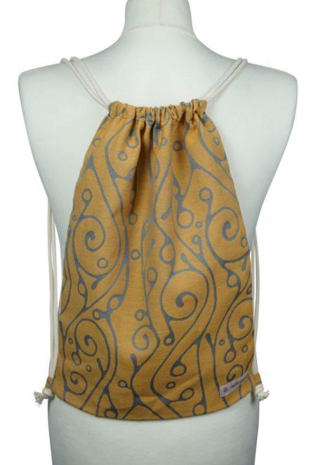 Fräulein Hübsch Stoffrucksack in Orange mit hellgrauen, geschwungenen Muster und beiger Kordel