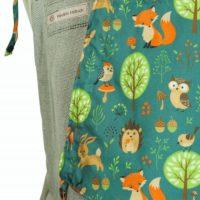 Detailfoto Babytrage Fräulein Hübsch Soft Tai Toddlersize Hellgrau mit Waldtieren und Bäumen in Grün und Brauntönen Detailansicht