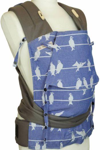 Babytrage in Blau mit weißem Vogelmuster und grauen Trägern