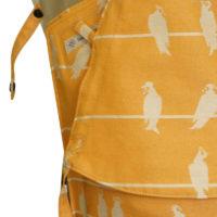Babytrage in Sonnengelb mit weißem Vogelmuster und beigen Trägern