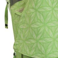 Babytrage in Hellgrün und Weiß mit Muster und dunkelgrauen Trägern