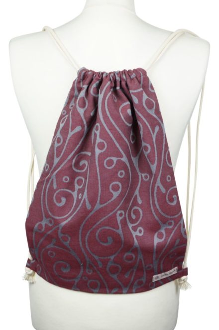 Fräulein Hübsch Stoffrucksack in Weinrot mit hellgrauen, geschwungenen Muster und beiger Kordel