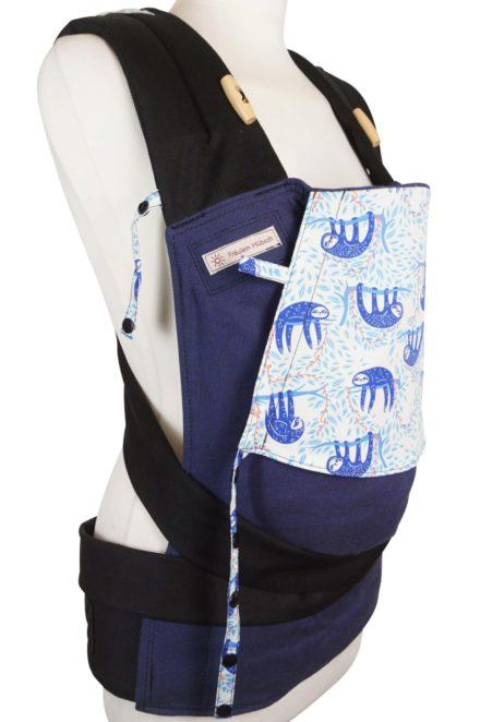 Babytrage Fräulein Hübsch Mei Tai Babysize Dunkelblau mit blauen Faultieren auf der Kopfstütze Seitenansicht