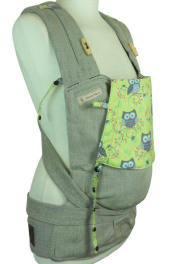 Babytrage Fräulein Hübsch Soft Tai in Hellgrau mit grauen Eulen auf grünem Hintergrund