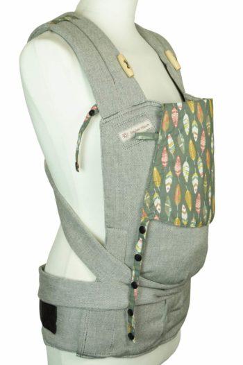 Babytrage Fräulein Hübsch Soft Tai Babysize Hellgrau mit bunten Federn auf Kopfstütze