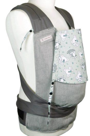 Babytrage Fräulein Hübsch Mei Tai Toddlersize Hellgrau mit Koala und Waschbären auf der Kopfstütze Seitansicht
