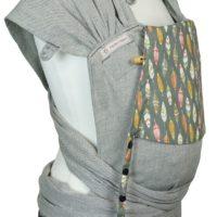 Babytrage Fräulein Hübsch WrapCon Babysize Hellgrau mit bunten Federn auf der Kopfstütze Seitansicht