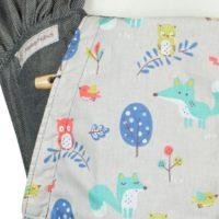 Babytrage Fräulein Hübsch WrapCon Babysize in Dunkelgrau mit Füchsen und Eulen auf der Kopfstütze Detailansicht