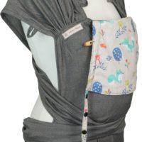 Babytrage Fräulein Hübsch WrapCon Babysize in Dunkelgrau mit Füchsen und Eulen auf der Kopfstütze Seitansicht